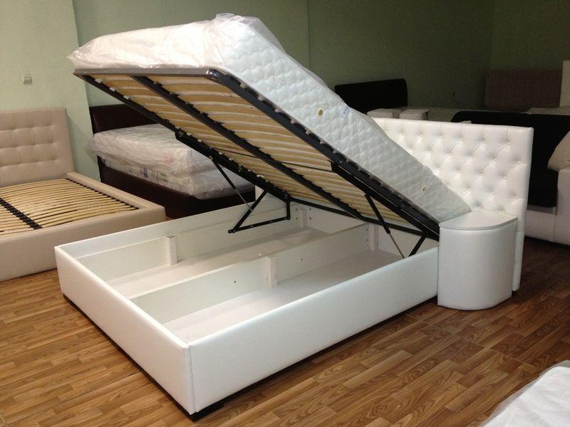 Белая кровать с прикроватными тумбочками
