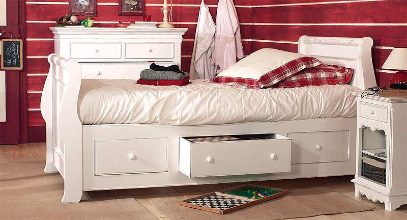 Белая кровать в комнату девочки