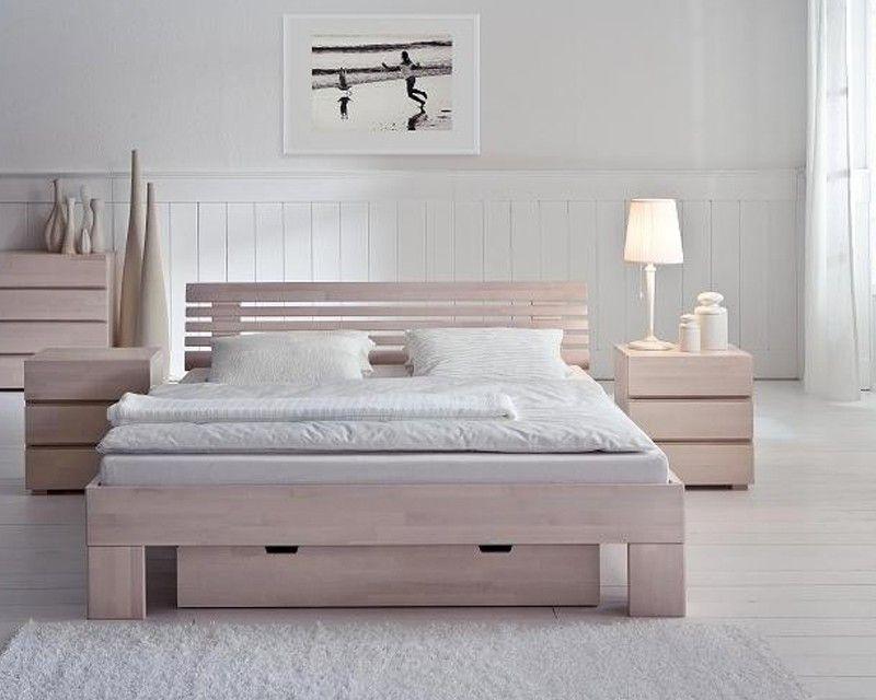 Деревянная двуспальная кровать