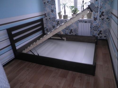 Деревянные двуспальные кровати с подъемным механизмом удобны в использовании
