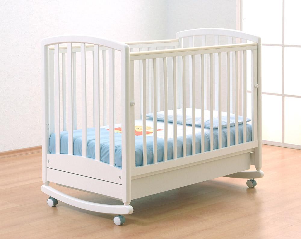Детская кроватка на полозьях