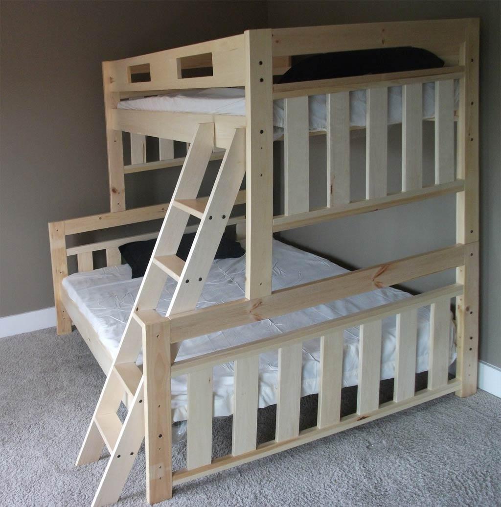 Двухъярусная деревянная кровать с большим диваном на первом этаже
