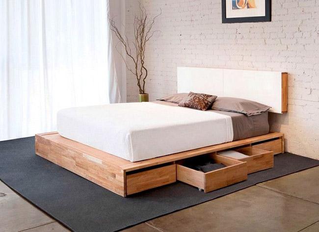 Двуспальная кровать из натурального дерева с выдвижными ящиками