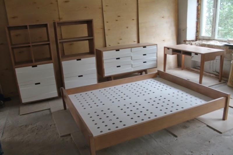 Двуспальная кровать со сплошным каркасом