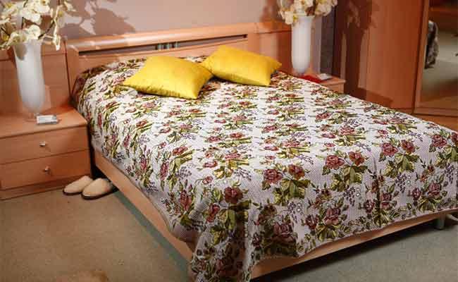 Использовать гобеленовые покрывала на кровать