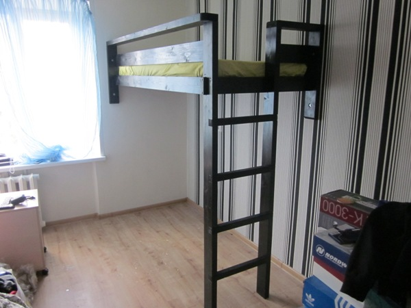 Кровать чердак для взрослых с вертикальной лестницей