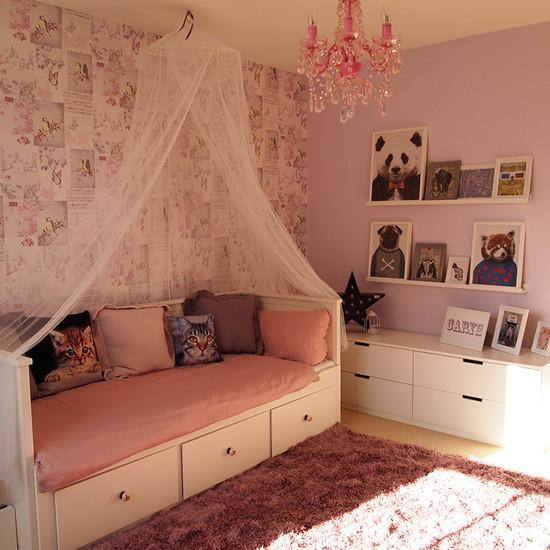 Кровать диван с балдахином в спальной комнате девочки