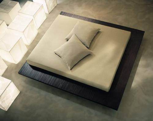 Кровать подиум в центре комнаты