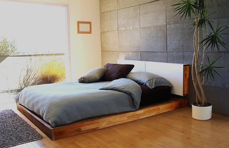 Кровать с деревянным подиумом