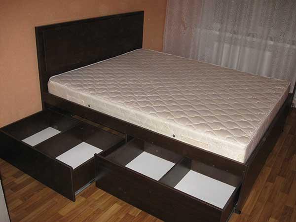 Кровать с вместительными ящиками