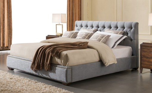 Кровать в сером цвете