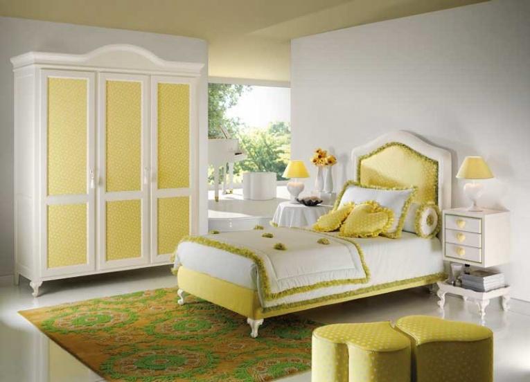 Кровать в светлой детской в желтых тонах