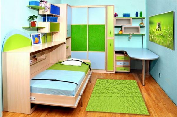 Кровать в яркую детскую