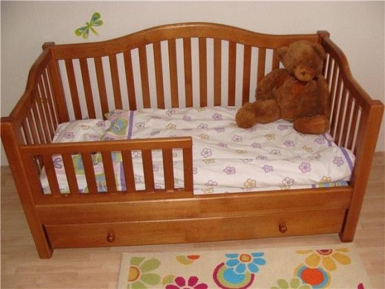 Небольшая детская кровать
