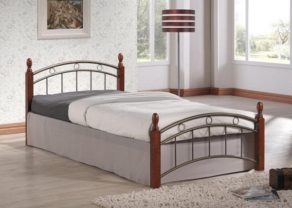 Односпальная деревянная кровать в интерьере