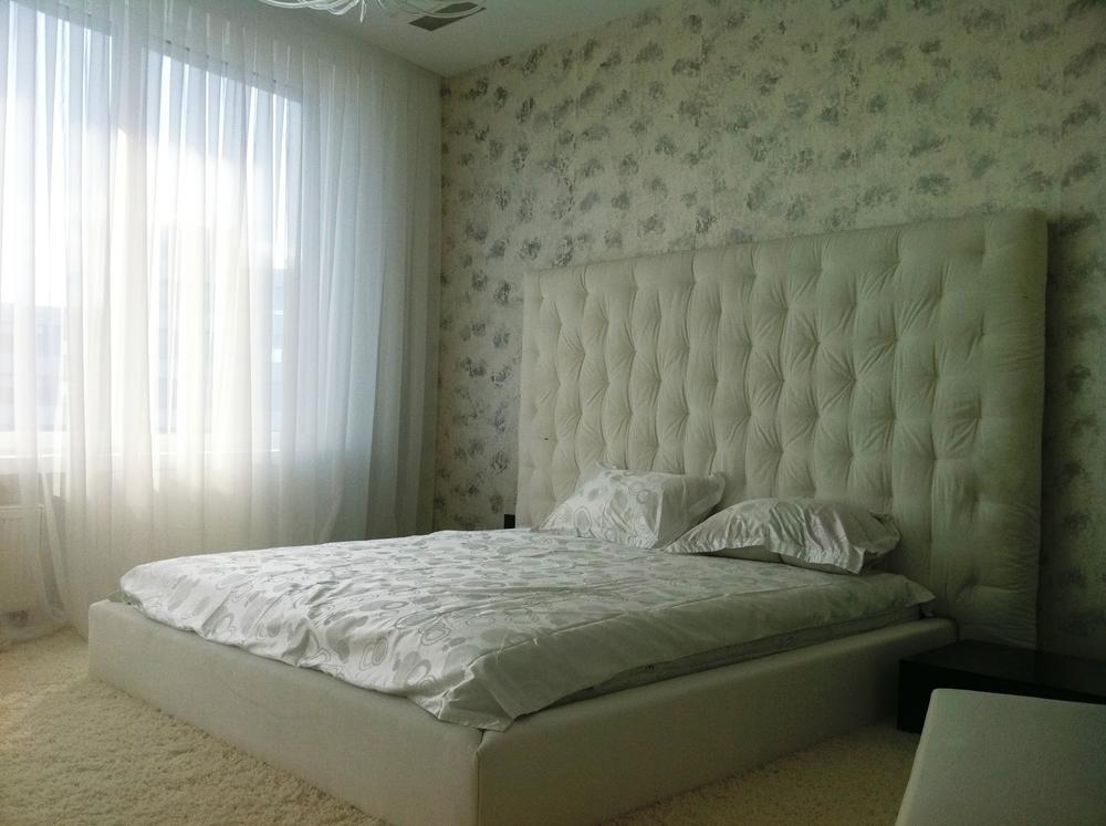 Оливковая кровать с мягким изголовьем