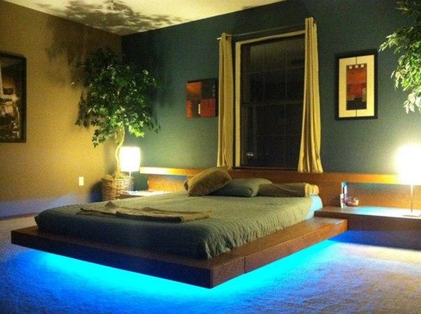 Особенно впечатляюще парящая кровать выглядит ночью