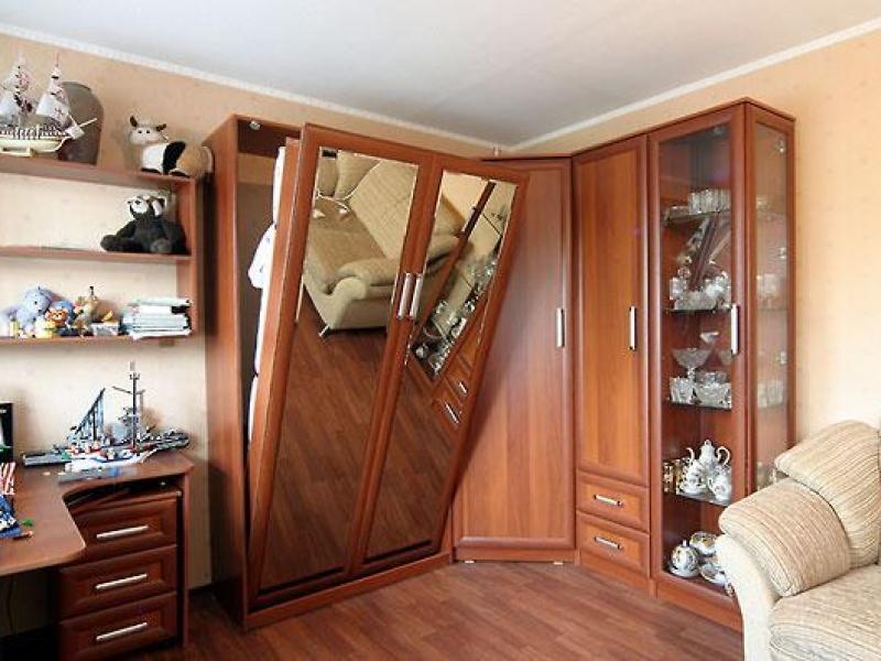 Откидная кровать в шкафус зеркальным фасадом
