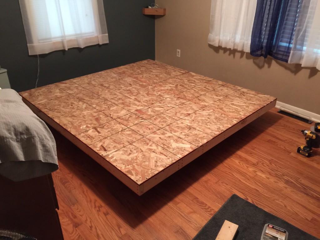 Парящая кровать на деревянной основе