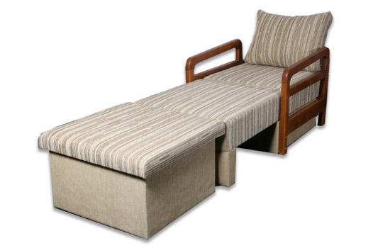 Полосатое кресло кровать с деревянными подлокотниками