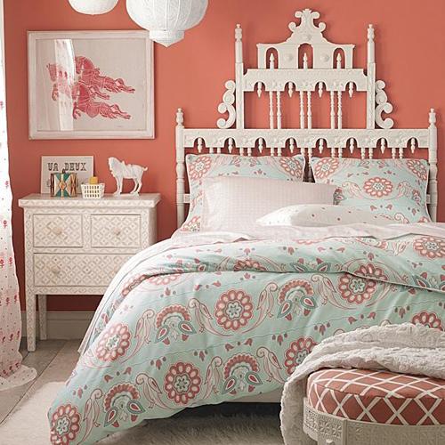 Резная спинка кровати в интерьере детской комнаты принцессы