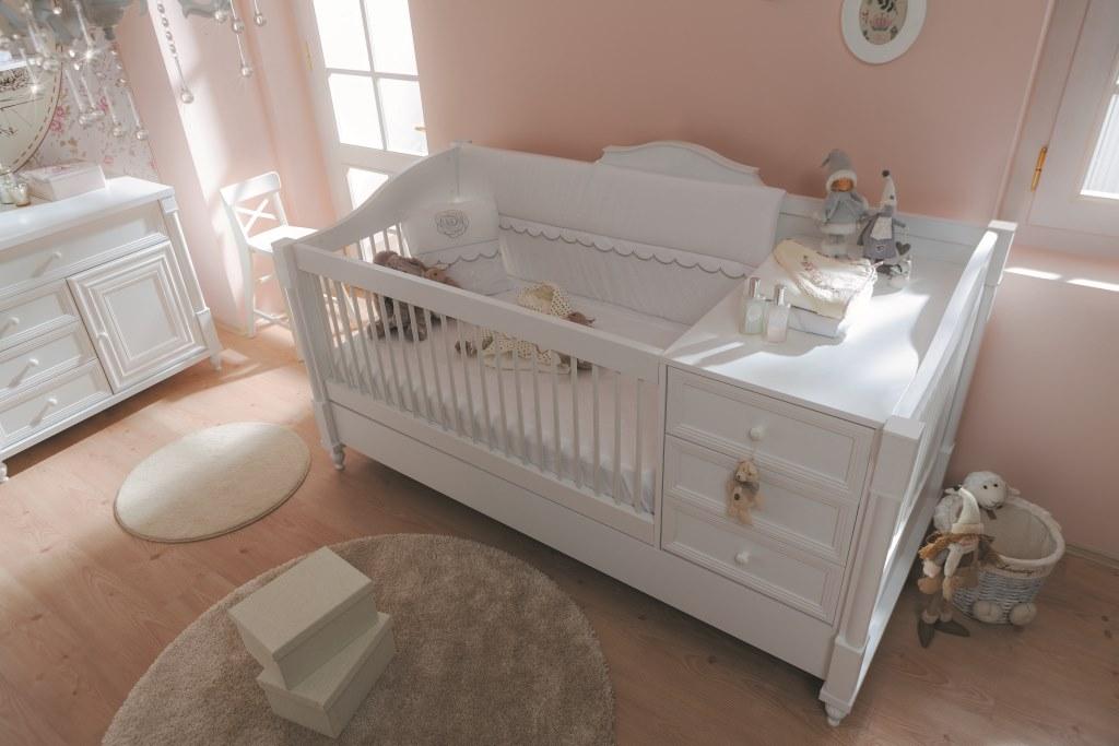 Секция с комодом и бортик кровати являются съемными