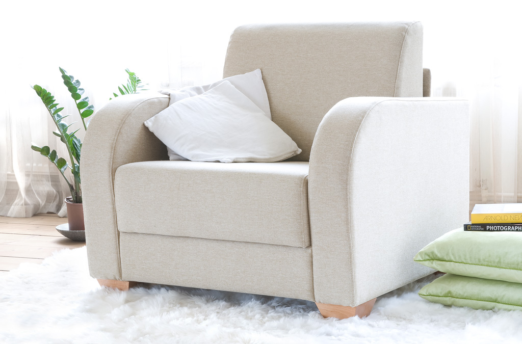Светлое кресло кровать