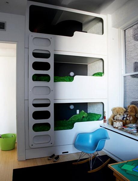 Трехъярусная кровать в детской с большими потолками