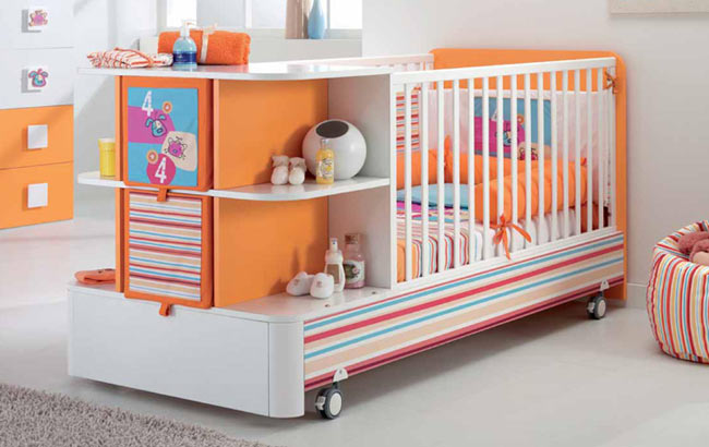 Удобный пеленатор на кроватке
