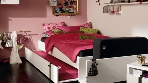 Выкатная кровать в комнате девочек