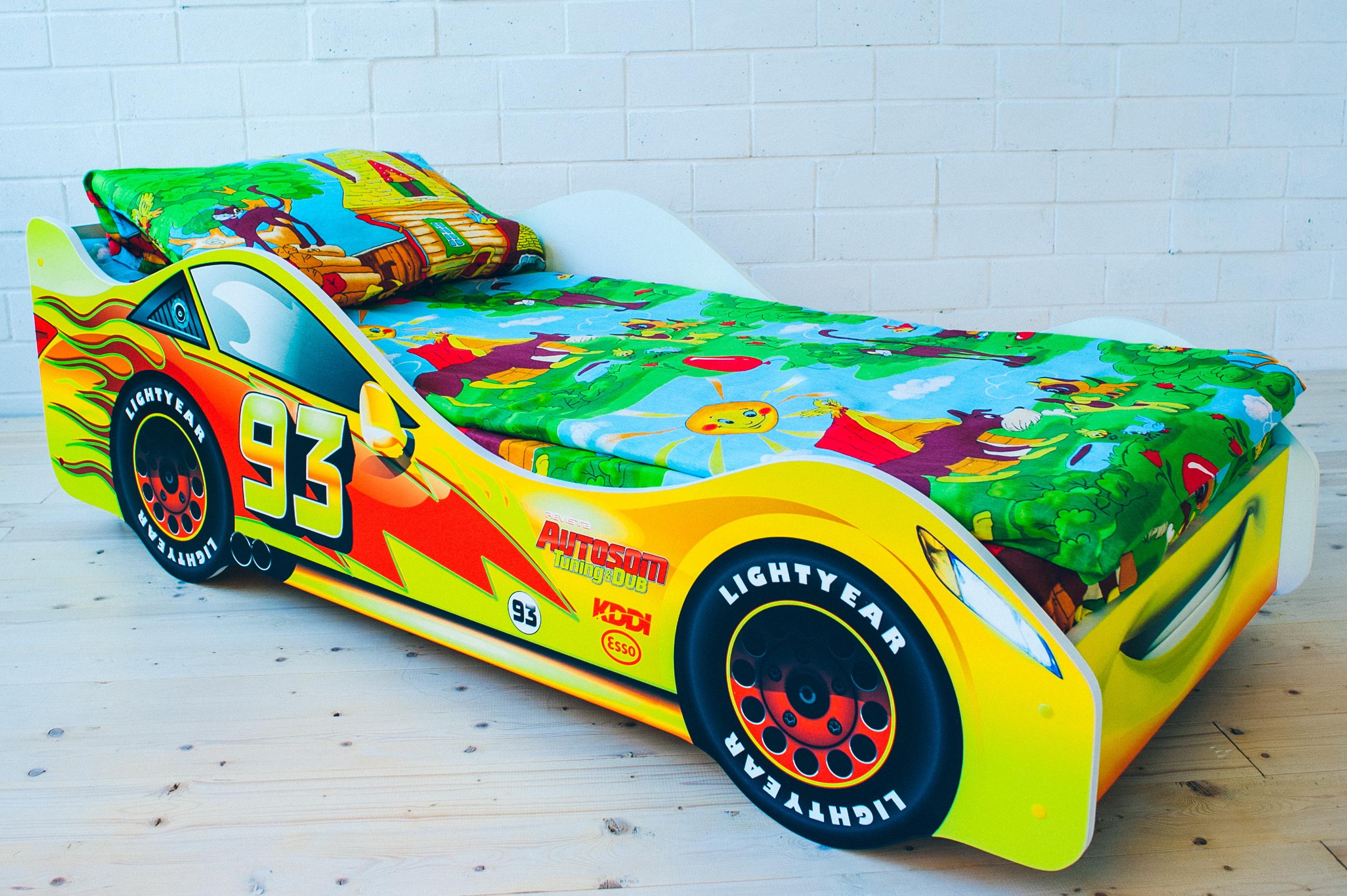 Яркая кровать машина