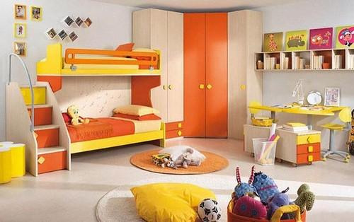 Яркая кровать с бортиками