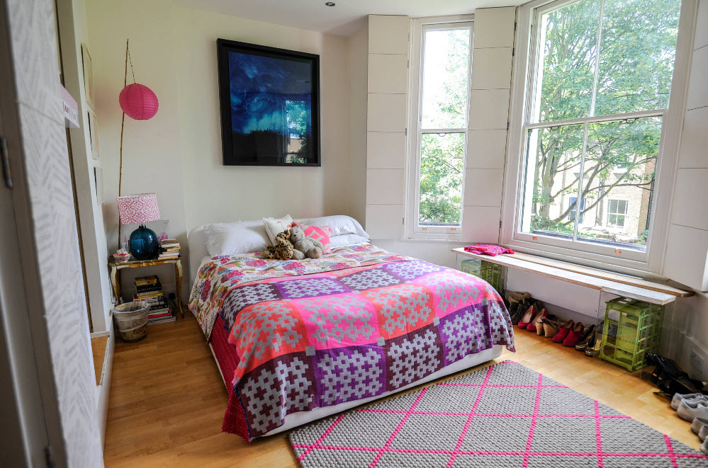 Яркое покрывало для светлой спальни