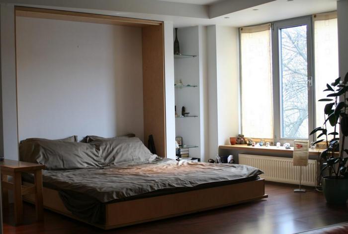 Красивый трансформер в большой спальне