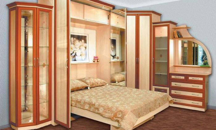Красивая двуспальная кровать в спальне