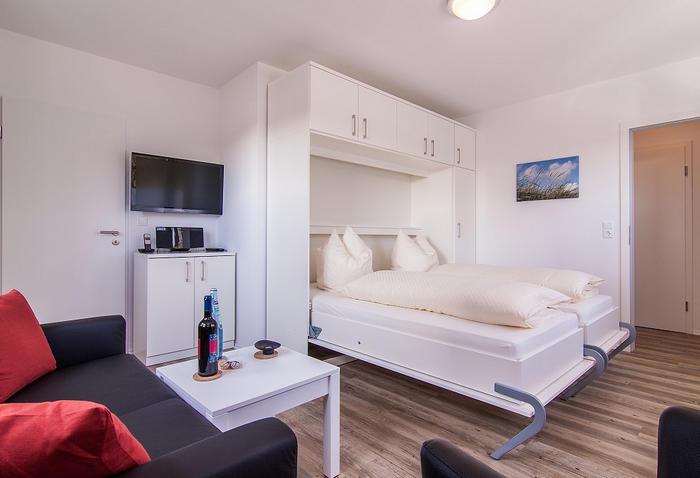 Белая кровать с пластиковыми элементами