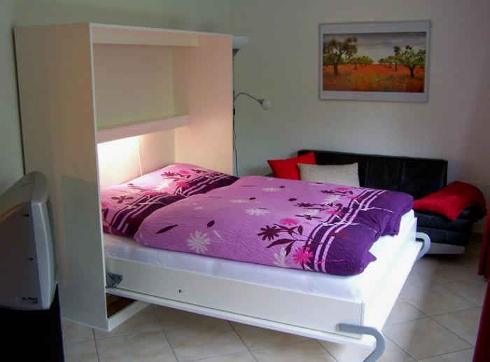 Двуспальная кровать в небольшую спальню
