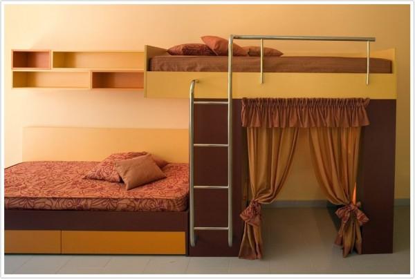 Двухуровневая кровать со смещением спального места