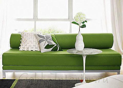 Диван со светлыми подушками