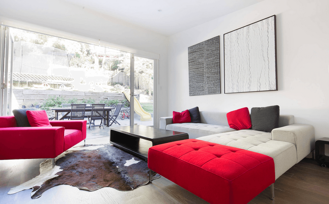 Красно-белый диван