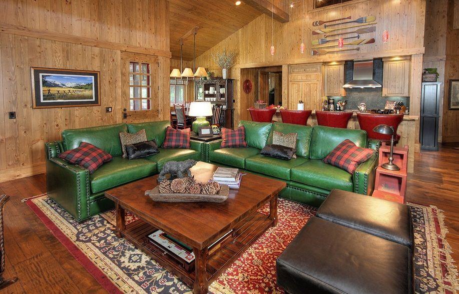 Мягкая мебель в гостиной из яркой зеленой кожи
