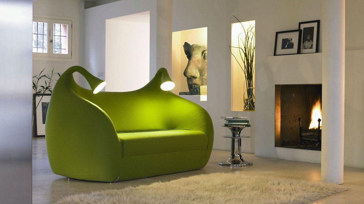 Необычный диван в гостиной в зеленых тонах