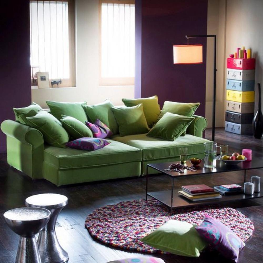 Подушки на зеленом диване
