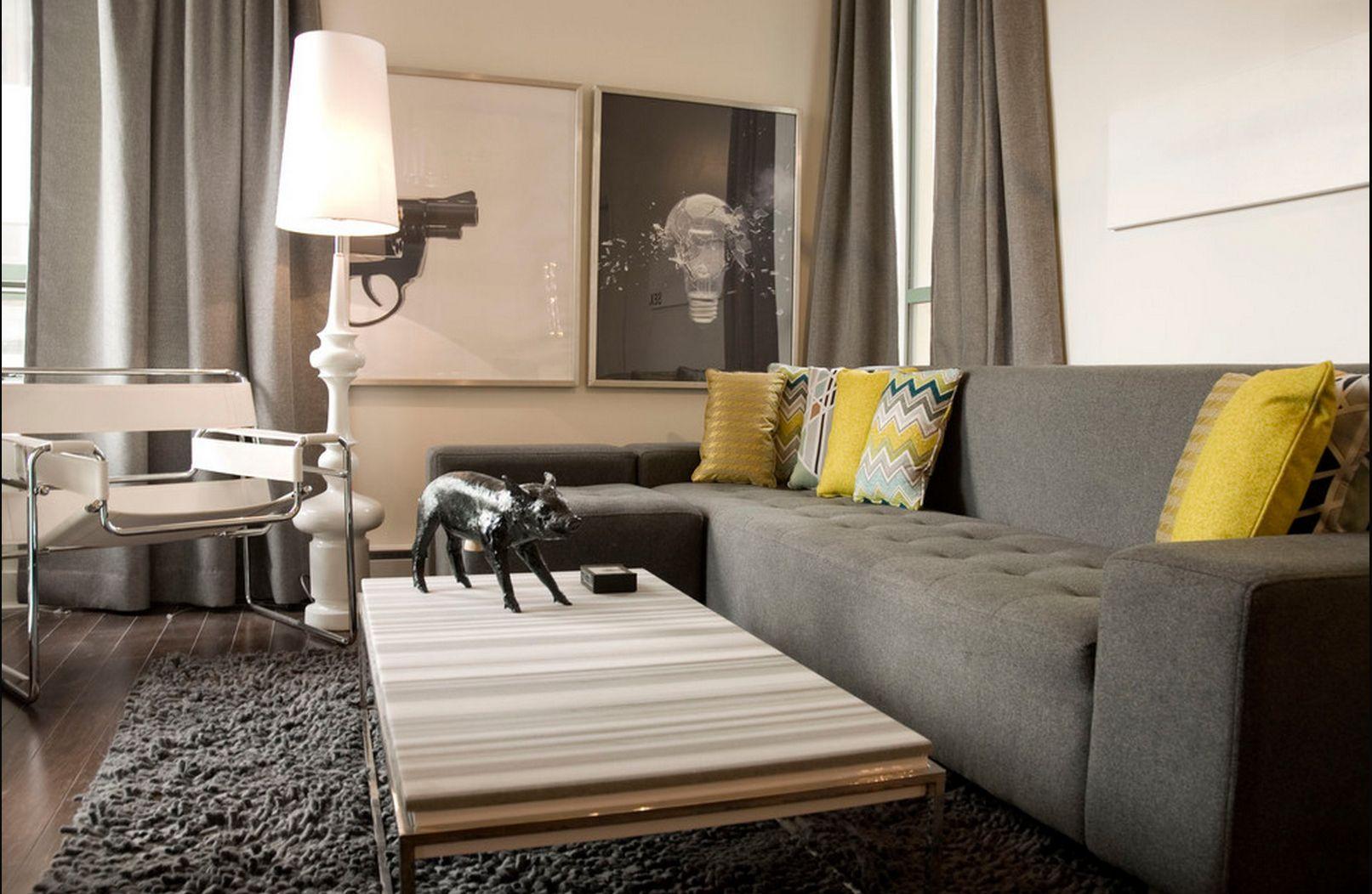 Серые хлопковые шторы к серому дивану и желтым подушкам