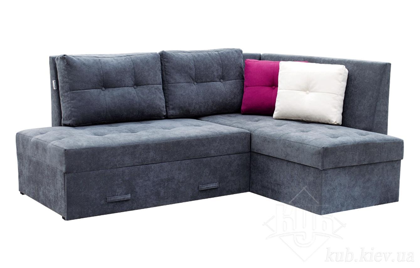Серый диван с яркими подушками