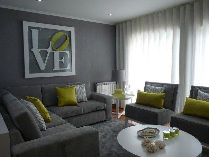 Серый диван у стены