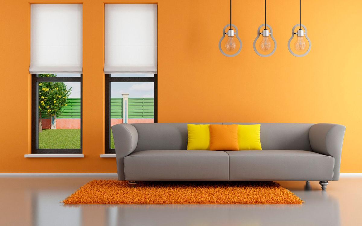 Серый диван в яркой комнате