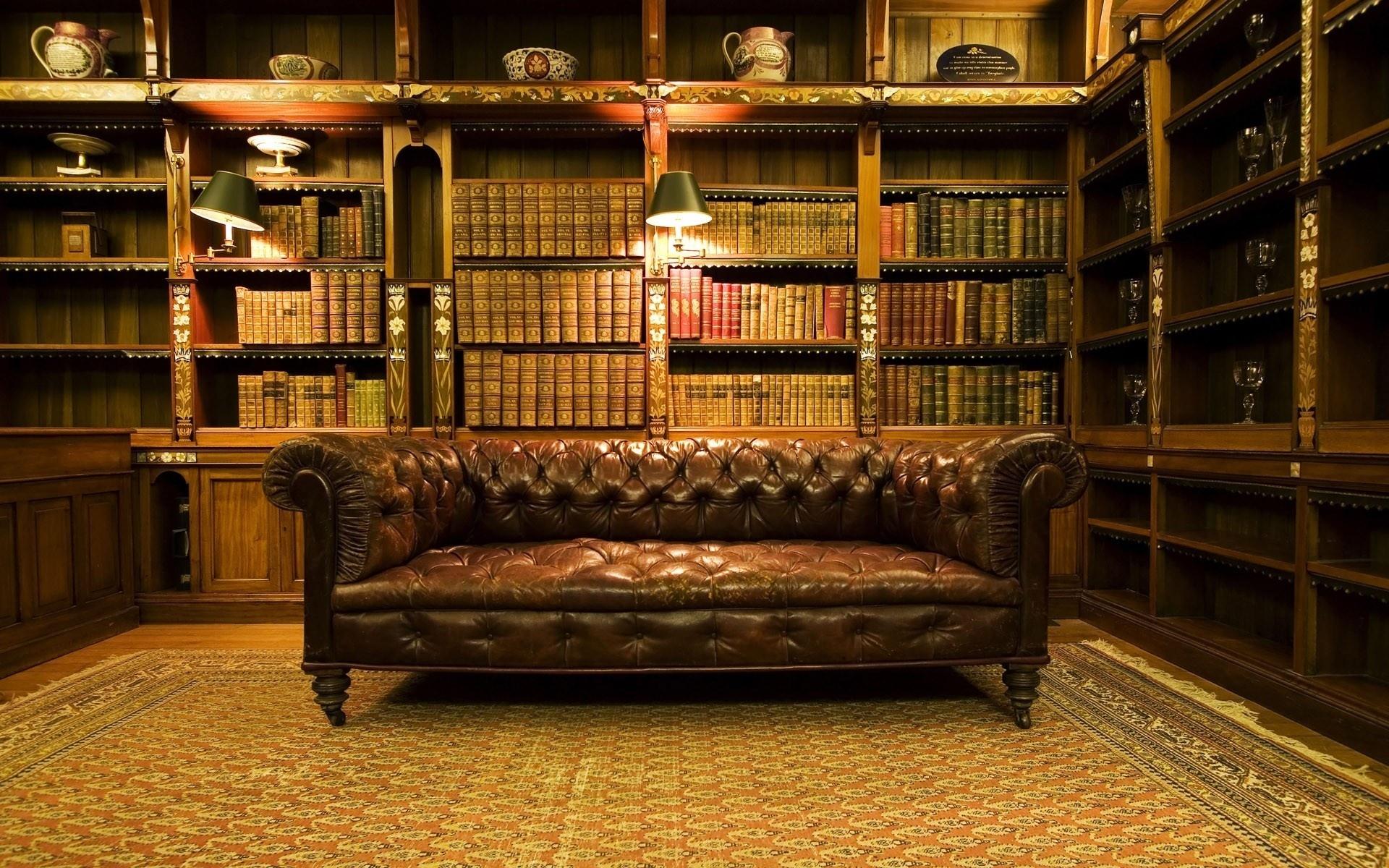 Старинный кожаный диван