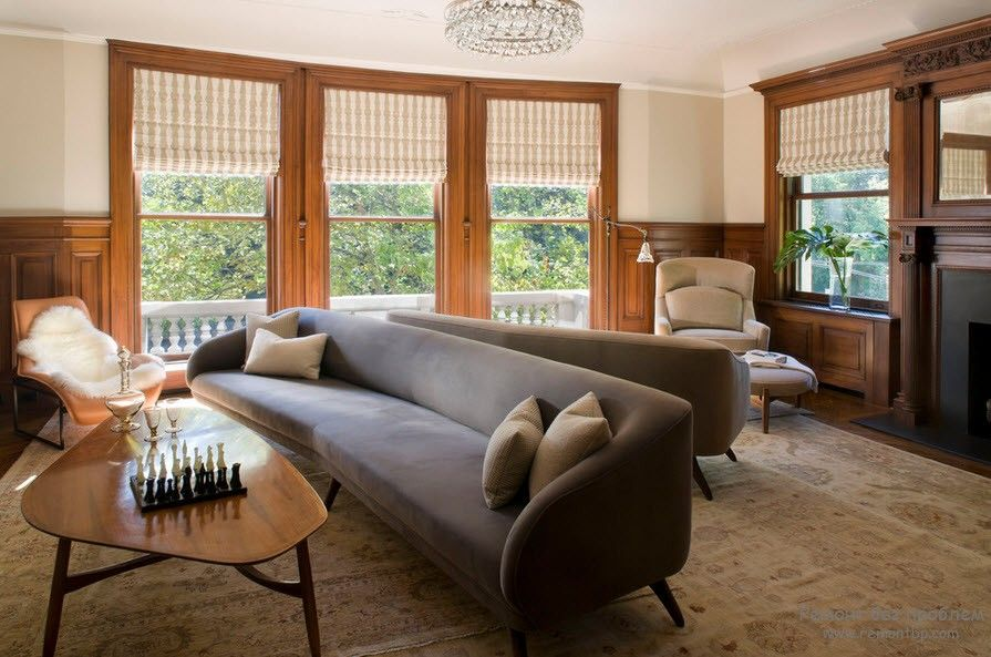 Светлый диван в гостиной