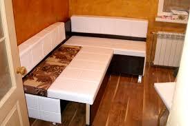 Угловой диван в кухне